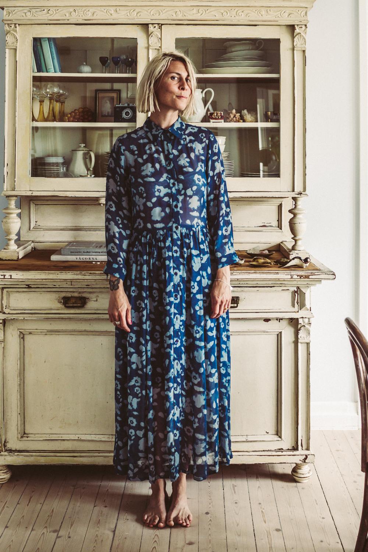bf136e580405 En klassiker – Blooming dress. Snygg att knäppa hela vägen upp i halsen.  Jag rekommenderar alltid att gå upp en storlek på dessa klänningar eftersom  de är ...